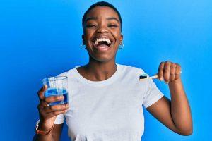 El hilo dental y el colutorio: los complementos de un buen cepillado bucal